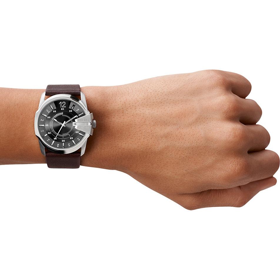 ba59301e89d O primeiro relógio Foi lançado em 1999 em parceria com a marca Fossil